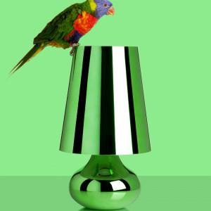 Lampę Cindy marki Kartell charakteryzuje stożkowy abażur oraz oraz podstawa w kształcie łzy. Fot. Design Studio Laviani.