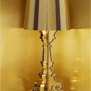 Nawiązująca do nieprzemijającej klasyki forma lampy dodatkowo została wzbogacona kolorem złota, który jeszcze bardziej podkreśla luksusowy charakter oświetlenia. Fot. Design Studio Laviani.