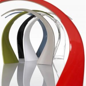 Ultranowoczesne oświetlenie o nazwie Taj wygląda jak inteligentna, przestrzenna rzeźba. Zastąpienie typowego przegubu prostą formą podniosło funkcjonalność lampy nadając jej oryginalny wygląd. Fot. Design Studio Laviani.