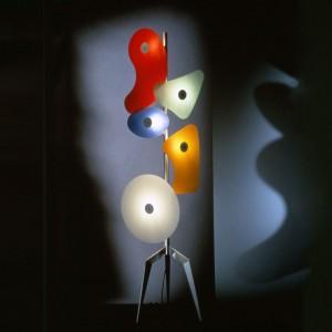 Lampa podłogowa Orbital zaprojektowana dla marki Foscarini. Inspiracją dla wielokolorowych źródeł światła były surrealistyczne, bazujące na plamach obrazy malarzy. Fot. Design Studio Laviani.