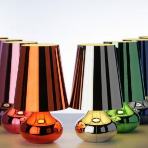 Lampa Cindy zaprojektowana dla marki Kartell. Na jej wyjątkowość wpływa fakt, że ma chromowaną powierzchnię odbijającą światło. Dostępna w wielu kolorach: platyna, ciemne złoto, pomarańczowy, niebieski, różowy, fioletowy i srebrny. Fot. Design Studio Laviani.
