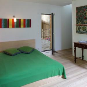 To sypialnia, w której oświetlenie dopasowana do stylu wnętrza. Jest proste w formie, ale doskonale pełni swoją rolę. Projekt: Jacek Ziemiński, właściciel. Fot. Tomasz Markowski.