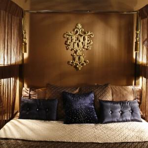 To przytulna, nastrojowa sypialnia. Jest właśnie taka, dzięki zastosowaniu odpowiedniego oświetlenia. Projekt: Monika Kantor. Fot. Bartosz Jarosz.