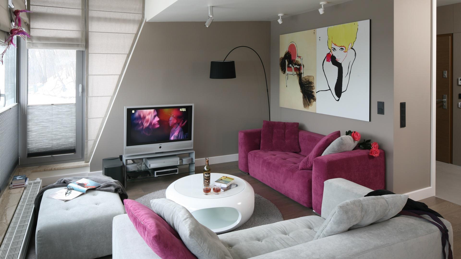 W eleganckim mieszkaniu strefa wypoczynkowa została zorganizowana w kształcie litery U. Dzięki temu siedząc na wygodnych kanapach można podziwiać tu widoki za oknem, ale i oglądać telewizor. Projekt: Małgorzata Borzyszkowska. Fot. Bartosz Jarosz.