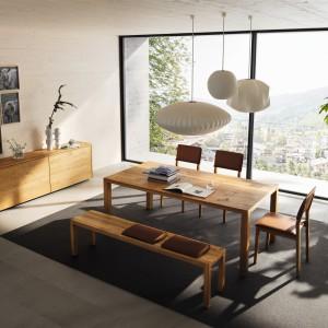 Prosty, drewniany stół z kolekcji Tisch to propozycja do dużego salonu z funkcją jadalni. Dla urozmaicenia aranżacji zamiast krzeseł, można wykorzystać długą ławkę. Fot. Team7.