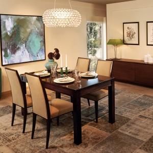 Gościnny stół to nieodłączny element wyposażenia salonu, urządzonego w tradycyjnym, klasycznym stylu. Model pochodzi z kolekcji Varia marki Selva. Fot. Selva.