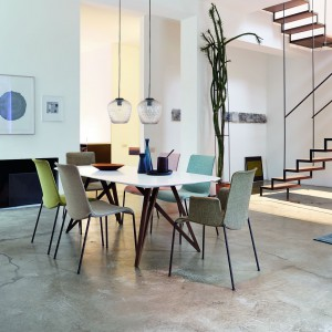 Minimalistyczną formę stołu urozmaicają oryginalne, drewniane nogi, krzyżujące się ze sobą tworząc ciekawą konstrukcję. Fot. Walter Knoll.