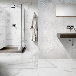 Propozycja marki Peronda: seria +360 Metropolitan. Białe płytki imitujące marmur uzupełnia połyskująca mozaika. Fot. Peronda.