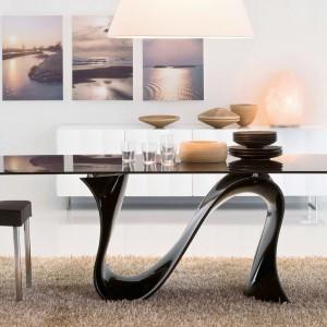 Lustrzany blat stołu Wave marki Kler został oparty na efektownej podstawie w formie odwróconej litery Z. Futurystyczny mebel z pewnością będzie ciekawą dekoracją salonu. Fot. Kler.