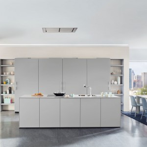Na wskroś nowoczesna w swojej formie kuchnia. Geometryczna forma, gładkie fronty, przesuwne drzwi w postaci dużych płyt oraz matowe, szare powierzchnie. Taki zestaw prezentuje się elegancko i futurystycznie. Fot. Ballerina, kuchnia Elementary Beauty.