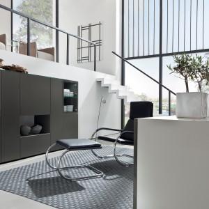 Ciemny barek Neo marki Hulsta to propozycja do ultranowoczesnego wnętrza. Minimalistyczna forma oraz lakierowane fronty sprawiają, że mebel znakomicie skomponuje się z każdą nowoczesną aranżacją. Fot. Hulsta.