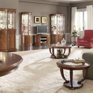 Obszerny kredens marki Panamar z efektownym lustrzanym przeszkleniem, to propozycja do eleganckiego salonu w stylu klasycznym. Fot. Panamar.