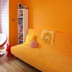 Miejsce wypoczynku wyznacza natomiast radosny, energetyczny pomarańcz. W tym kolorze są nie tylko ściany, ale też rozkładana kanapa, która służy jako łóżko. Projekt: Dorota Szafrańska. Fot. Bartosz Jarosz.