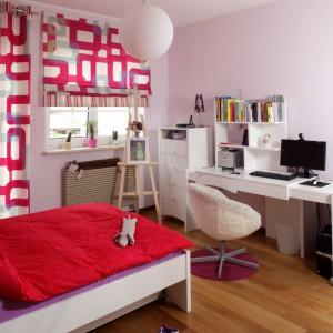 Pokój nastolatki podporządkowano trzem kolorom: białemu, różowemu i czerwonemu. Pewną odskocznię stanowi podłoga z drewna. Projekt: Piotr Gierałtowski. Fot. Bartosz Jarosz.