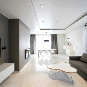 Designerski stolik kawowy pełni rolę efektownej dekoracji w oszczędnej aranżacji salonu. Projekt: Ramunas Manikas, Valdas Kontrimas. Fot. Ramunas Manikas.