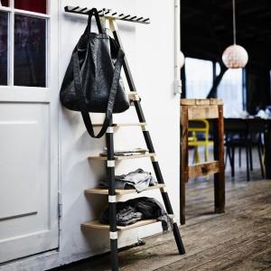 Niezwykle praktyczna półka z funkcją wieszaka to element serii IKEA PS 2014. Niewielka, więc doskonała do małego przedpokoju. Pomoże ciekawie zaaranżować strefę wejścia oraz przechowywać ubrania, biżuterię czy torebki. Fot. IKEA.