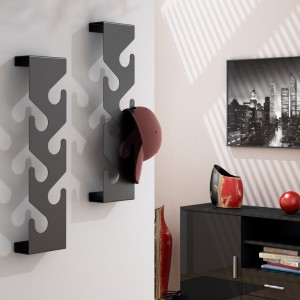 Nowoczesny wieszak firmy RosaNero idealny będzie do przedpokoju w stylu minimalistycznym. Wykonany z blachy o grubości 2 mm, lakierowany proszkowo w połysku lub macie na kolor biały, czarny lub czerwony. Dostępny w sklepie Le Pukka. Fot. RosaNero.
