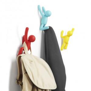 Oryginalne i zabawne wieszaki w kształcie ludzików, które zdają się wspinać po domowej ścianie. Każdy wieszak udźwignie do 2,3 kg. Wieszaczki Buddy to propozycja marki Umbra, dostępny w sklepie Barokko, cena 79 zł/3 szt. Fot. Umbra.