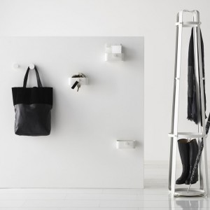 Ciekawy w formie stojący wieszak Enudden to propozycja sklepu IKEA. W dolnej części wieszaka można trzymać parasole, zaś jego plastikowe nóżki zapewniają stabilność i zabezpieczają podłogę. Cena 129 zł. Fot. IKEA.