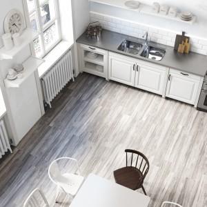 Płytki podłogowe imitujące naturalny parkiet drewniany. Idealnie sprawdzą się w kuchniach stylizowanych na skandynawskie. Fot. Roca, kolekcja Botania.
