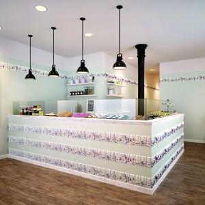 Piękne płytki z kwiecistym dekorem w pastelowym kolorze nadadzą kobiecy wyraz przestrzeni kuchni. Fot. Dune.