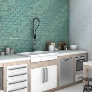 Płytki ceramiczne na ścianę nawiązują formą do tradycyjnych kafli. Białe będą się pięknie prezentować w klasycznych kuchniach, a zielone wprowadzą fantazję do wnętrz. Fot. Cevica, kolekcja Feelings.