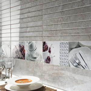 Piękne płytki ze wzorem poziomych pasów w srebrnym kolorze zestawione z dekoracyjnymi insertami z nadrukiem zastawy stołowej. Fot. Aparici, kolekcja Zeus.