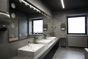 W łazienkach klubu zastosowana charakterystyczną płytkę z geometrycznym wzorem trójkątów