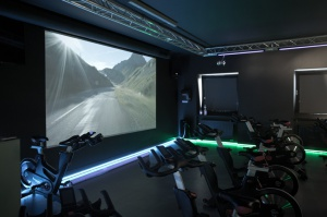 Sala Indoor Cycling wyposażona została w rzutnik multimedialny, z możliwością wyświetlania tras z całego świata