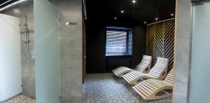 Łazienka damska i widok na saunę oraz strefę odpoczynku i relaksu