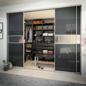 Przestronna garderoba do której można wejść marzenie każdej Pani domu. W środku warto zamontować światło, aby wnętrze było jasne także po zmroku. Fot. HTH.