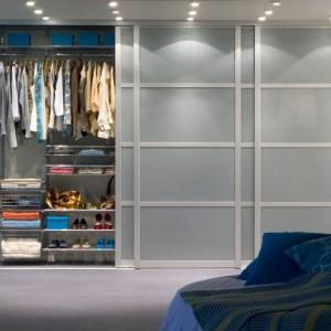 Ogromna garderoba w sypialni. Dobrze, aby w takim miejscu nie zabrakło półek na buty. Fot. Elfa.
