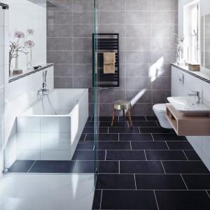 Powierzchnia prysznicowa Xetis ze zintegrowanym odpływem ściennym to nowoczesne, minimalistyczne wzornictwo. Xetis wtapia się kolorystycznie w podłogę prysznica, a żaden element nie zakłóca równej powierzchni. Fot. Kaldewei.