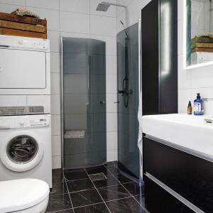Prysznic bez brodzika pozwala na oszczędnośc miejsca w niewielkiej łazience.  Fot. Alvhem Makleri.