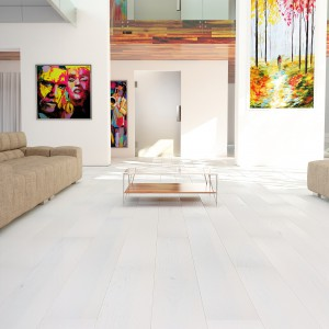 Aranżując salon w modnej bieli z powodzeniem możemy wykorzystać deski podłogowe marki Barlinek w kolorze jesion lemon sorbet. Takie wykończenie sprawi, że wnętrze nie utraci swojego nowoczesnego, przejrzystego stylu. Fot. Barlinek.