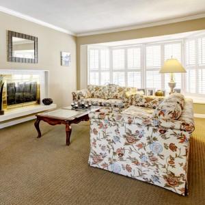 Wykładzina sizalowa marka Epic Carpets, wykonana jest z włókien specjalnego gatunku agawy. W pełni naturalny charakter produktu i ręczna metoda jego pozyskiwania sprawiają, że jest unikalnym wykończeniem podłogi o wyjątkowych parametrach jakościowych. Dostępny w sieci salonów Dekorian. Fot. Dekorian.