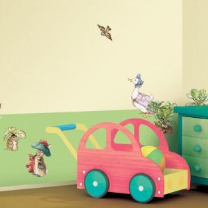 Z wykorzystaniem naklejek w kształcie zwierząt można zmienić zielony pokój w wesoły, pełen życia las. Fot. Becky and Lolo.