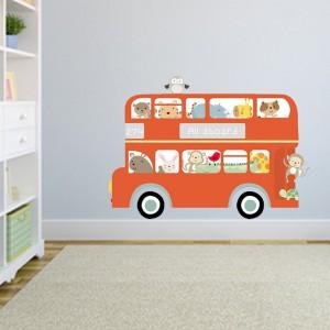 Autobus czerwony przez ulice mego miasta mknie... przykleił się do ściany tworząc efektowną dekorację w pokoju małego fana motoryzacji. Fot. Becky and Lolo.