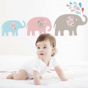 Naklejkami można ozdobić całą ścianę, jak również jej fragment w wybranym miejscu, np. nad łóżkiem niemowlaka. Fot. Littleville.