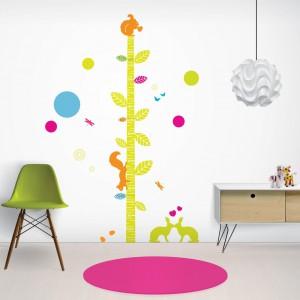 Naklejki w neonowych kolorach pozwolą szybko wyhodować w pokoju malucha drzewo, po którym hasają zwinne, leśne zwierzęta. Fot. Nubie - Modern Kids Boutique.