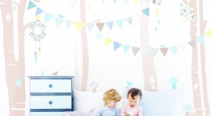 Dekoracyjne naklejki ścienne to prosty i szybki sposób na metamorfozę pokoju dziecka. Dzięki nim w kilka minut jesteśmy w stanie stworzyć we wnętrzu bajkową scenerię, która oczaruje malucha.