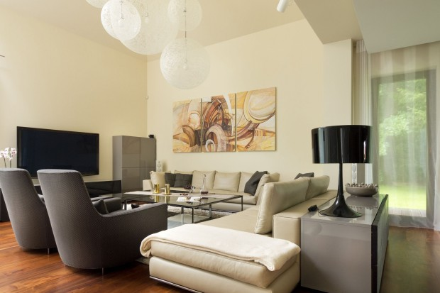 Piękny, ciepły salon. Sprawdzone sposoby na przytulne wnętrze