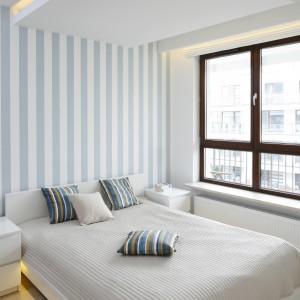 Strefę łóżka optycznie wydziela podwieszany sufit, który został efektownie podświetlony. Fot. Bartosz Jarosz.