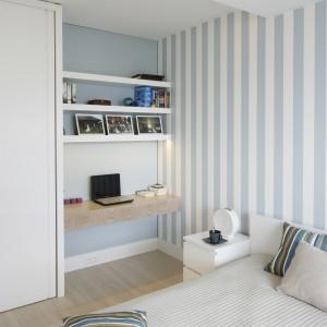 Białe meble dobrze komponują się z delikatnymi odcieniami błękitu i jasnym drewnem. Fot. Bartosz Jarosz.