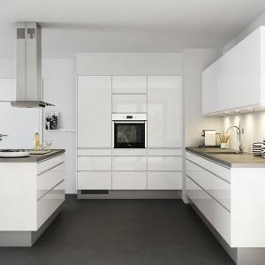 Białe, minimalistyczne meble wykończone na wysoki połysk to nowoczesna odsłona skandynawskiej kuchni. Rzadziej użytkowane sprzęty kuchenne możemy schować w wysokiej zabudowie, a podręczne akcesoria ustawić na sporym blacie lub w szafkach powieszonych nad nim. Fot. Nettoline, kuchnia Venezzia.