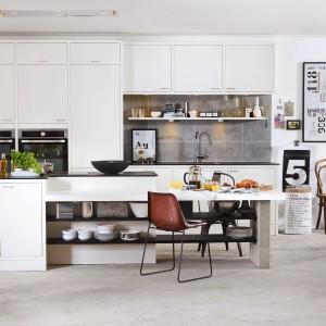 Białe, proste meble kuchenne, dużo praktycznych półek i dekoracje w skandynawskim stylu. Zaproponowana kuchnia jest efektowna i bardzo funkcjonalna, a do tego pięknie wygląda. Fot. Marbodal, kuchnia Arkitekt Plus.
