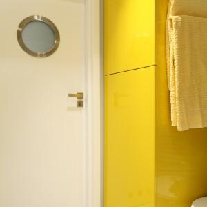 W dolnej części szafy znajduje się pralka. Miejsce nad przeznaczone jest m.in. na detergenty i akcesoria do prania ustawione na półkach. Projekt: Dorota Szafrańska. Fot. Bartosz Jarosz.