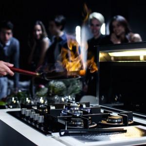 Okap Downdraft i płyta gazowa Crystal – to niezwykle efektowny duet. Płyta ma zdejmowaną magnetyczną osłonę termiczną pokręteł. Okap chowa się w blacie, gdy nie jest używany. Cena: 6.499 zł/okap, 2.799 zł/płyta (szer. 72 cm). Fot. Franke.