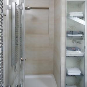 Wnękowa szafa znajduje się tuż obok wnęki prysznicowej, więc w każdej chwili można sięgną po świeży ręcznik. Projekt: Piotr Stanisz. Fot. Bartosz Jarosz.