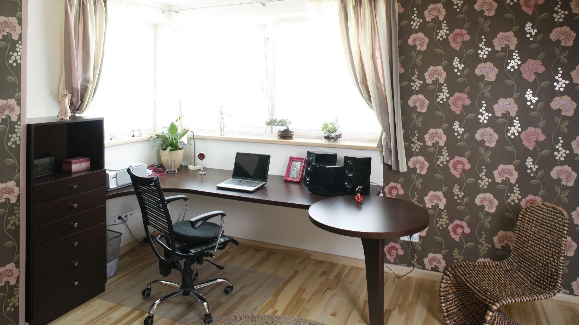 Obszerne biurko ustawiono w najjaśniejszym miejscu pokoju. Bezpośrednie sąsiedztwo z oknem narożnym sprawia, że w ciągu dnia przestrzeń pracy jest optymalnie oświetlona światłem dziennym.Projekt Marta Kruk. Fot. Przemysław Andruk.